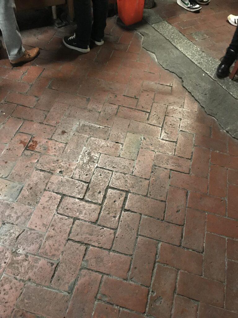 レンガ敷の床。